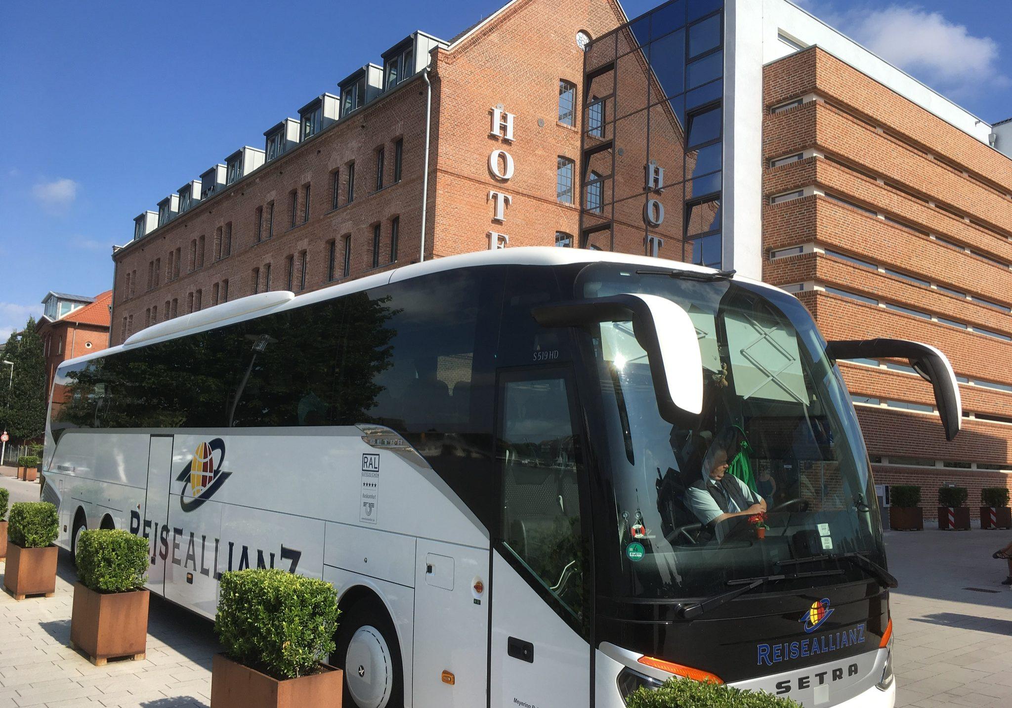 Reiseallianz vor Hotel